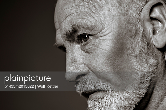 Side portrait of older man with white full beard. - p1433m2013822 by Wolf Kettler