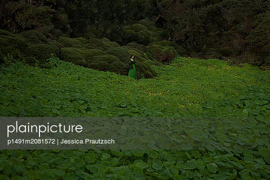 Frau inmitten einer grünen Landschaft - p1491m2081572 von Jessica Prautzsch