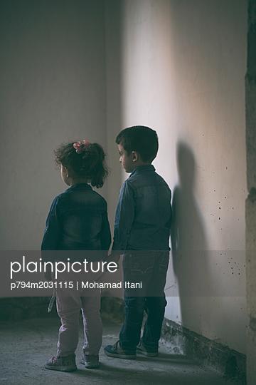 Bruder und Schwester halten Hände - p794m2031115 von Mohamad Itani