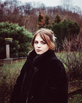 Junge Frau in schwarzem Pelz - p1184m1110358 von brabanski