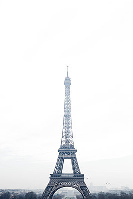 Eiffel Tower im Nebel - p445m1452455 by Marie Docher
