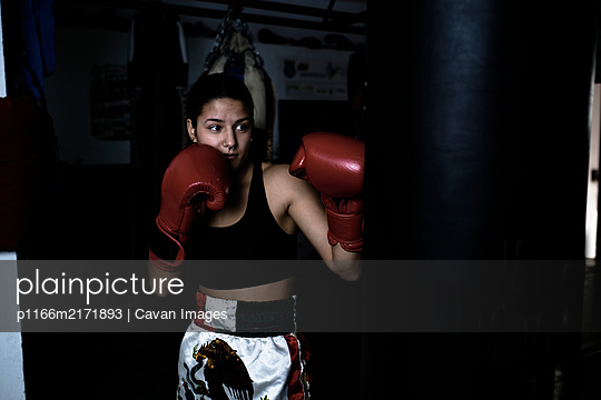 young woman practicing boxing at the gym - p1166m2171893 by Cavan Images