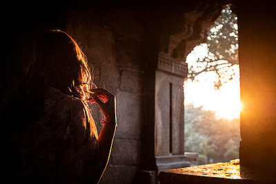 Woman in a monument - p1007m2099042 by Tilby Vattard