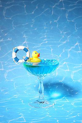 Plastikente badet im Cocktailglas - p237m1584211 von Thordis Rüggeberg