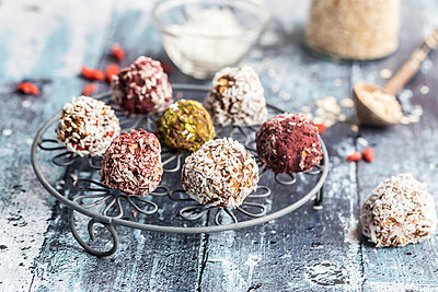Various Bliss Balls on cooling grid - p300m1450231 by Sandra Roesch
