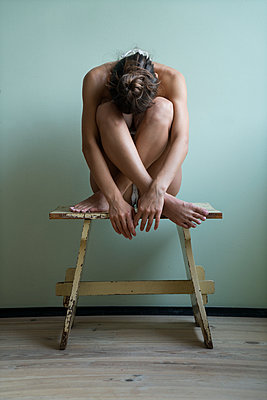 Woman sitting on stool - p427m2086592 by Ralf Mohr