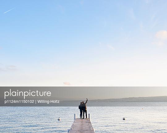 Paar macht Selfie am Genfer See - p1124m1150102 von Willing-Holtz