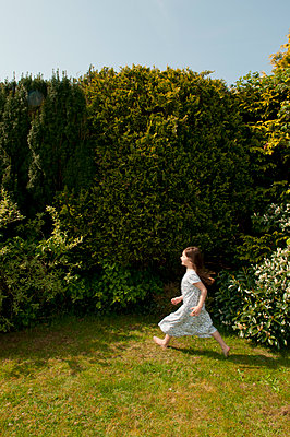 young girl running in garden in nightie - p1311m1138087 by Stefanie Lange