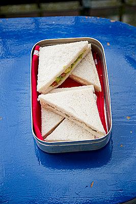 Sandwiches in Brotdose - p1525m2093363 von Hergen Schimpf