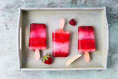 Homemade strawberry raspberry lemon ice lollies on tray - p300m1153860 by Mandy Reschke