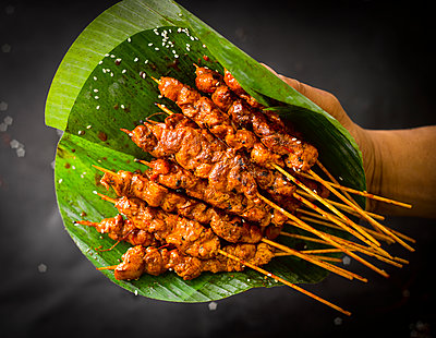 Chicken satay skewers and banana leaf - p300m1416956 by Kai Schwabe