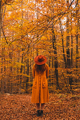 Fashionable redheaded young woman in autumnal forest - p300m2159842 von VITTA GALLERY
