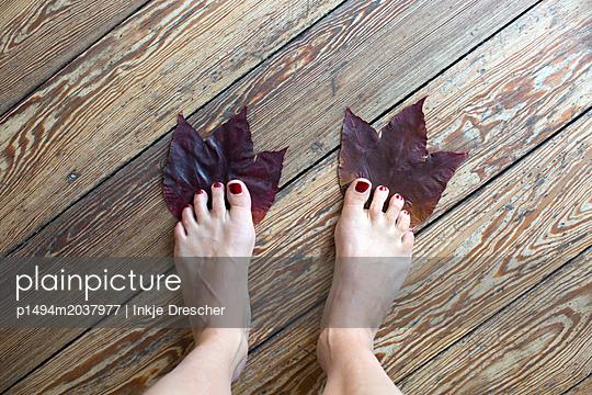 Blatt und Fuß - p1494m2037977 von Inkje Drescher