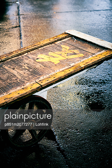 Old wooden cart - p851m2077277 by Lohfink