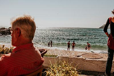 Strand mit person im Vordergrund an der Promenade - p1085m2004858 von David Carreno Hansen