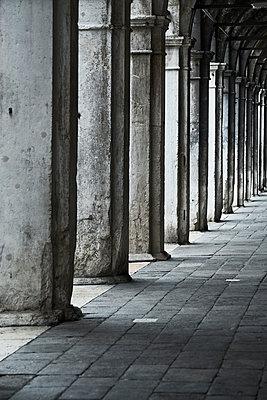 Säulengang in Venedig  - p1312m2082157 von Axel Killian