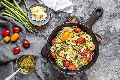 spaghetti with shrimps, green asparagus, tomato, pesto and parmesan - p300m2004101 von Sandra Roesch