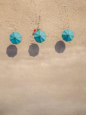Bali, Kuta Beach, three beach umbrellas, aerial view - p300m2070199 von Konstantin Trubavin