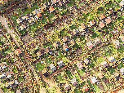 Schrebergärten in Duisburg, Luftaufnahme - p586m1092045 von Kniel Synnatzschke