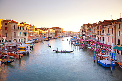 Italy, Veneto, Venice. View from the Ponte di Rialto over the Grand Canal. UNESCO. - p652m941613 by Ken Scicluna