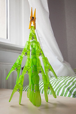 Christmas tree from clothes pegs - p1293m1193483 by Manuela Dörr