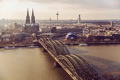 Germany, Cologne, view to skyline with Rhine River and Hohenzollern Bridge in the foreground - p300m1059114f by Mareen Fischinger