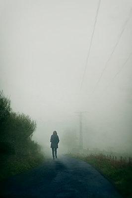 Frau im Nebel - p470m1207907 von Ingrid Michel
