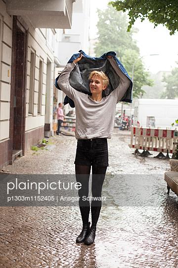 Junge Frau im Regen - p1303m1152405 von Ansgar Schwarz