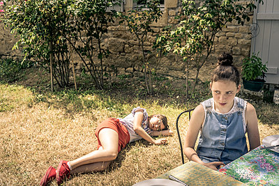 Two girls in the garden - p1402m2115423 by Jerome Paressant