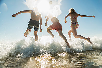 Friends jumping into the sea - p300m1189046 by Uwe Umstätter