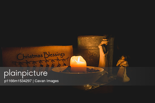 plainpicture | Photo library for authentic images - plainpicture p1166m1534297 - Illuminated candle by Jesus... - plainpicture/Cavan Images