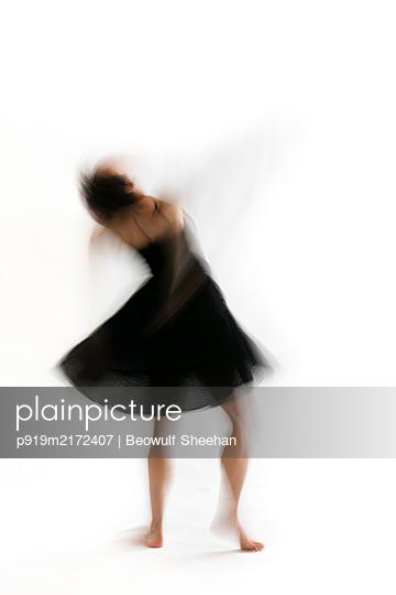 Tanzende Frau - p919m2172407 von Beowulf Sheehan