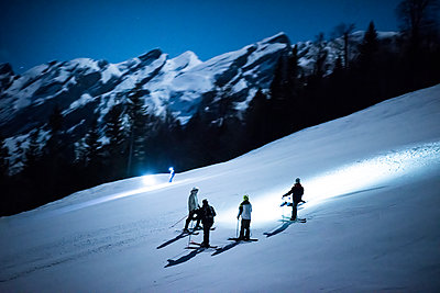 France, Skiers in the night - p1007m2216559 by Tilby Vattard