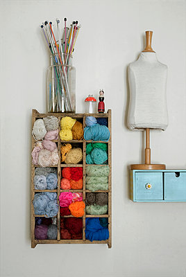 Balls of yarn,old wooden bottle crate, model and knitting needles - p1028m1051629 by Jean Marmeisse
