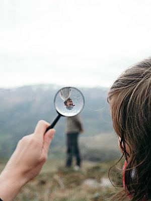 Mädchen mit Lupe in der Natur - p1522m2082748 von Almag