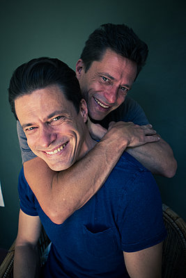 Two men, Adult twins, portrait - p1640m2246073 by Holly & John