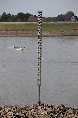 Kajakfahrer auf der Elbe - p304m715795 von R. Wolf