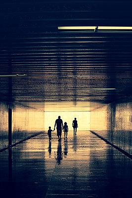 Familie im Tunnel - p432m1051837 von mia takahara