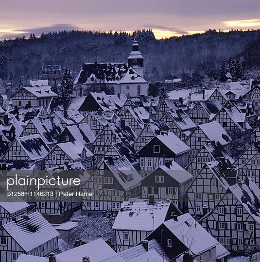 Sonnenaufgang im winterlichen Freudenberg - p1258m1146213 von Peter Hamel