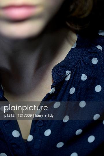 Junge Frau mit Polkadot Bluse - p1212m1217339 von harry + lidy