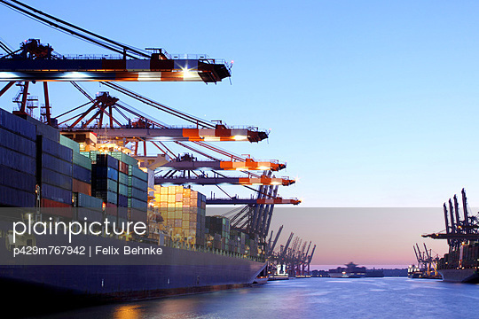 Container ship in urban harbor - p429m767942 by Felix Behnke