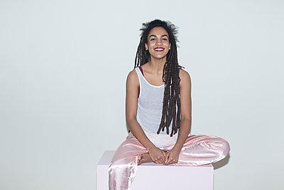 Lächelnde junge Frau, Porträt - p1301m1561809 von Delia Baum