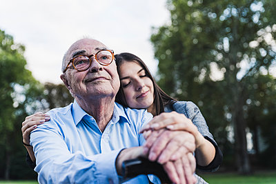 Portrait of senior man with his granddaughter in a park - p300m2144602 by Uwe Umstätter