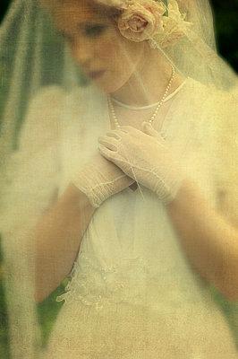 Frau im 30er Jahre Brautkleid - p7940519 von Mohamad Itani