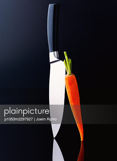 Chef's knife with sliced vegetables - p1053m2297927 by Joern Rynio