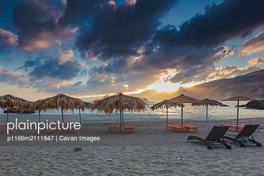 Specacular sunrise on the beach - p1166m2111847 by Cavan Images