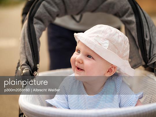 plainpicture - plainpicture p300m2059160 - Portrait of relaxed baby gi... - DEEPOL by plainpicture/Albrecht Weißer
