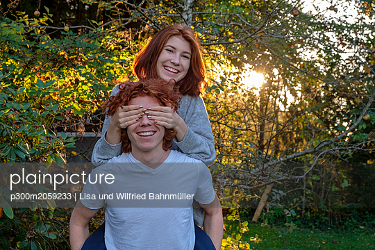 Brother and sitser having fun together in autumn - p300m2059233 by Lisa und Wilfried Bahnmüller