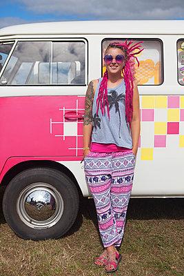 Cooles Mädel steht vor VW-Bus - p045m1591567 von Jasmin Sander