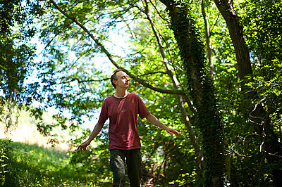 Man walking in nature with open arms - p1007m854268 by Tilby Vattard